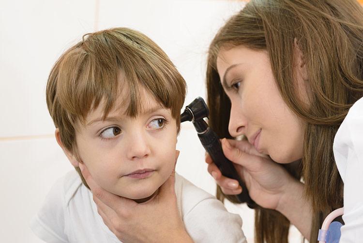 Kontrola zánětu středního ucha na ORL | Foto: Shutterstock