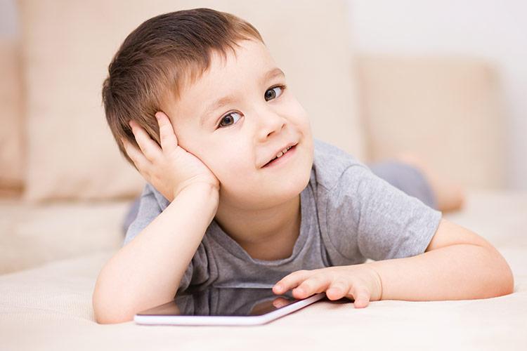 Dítě s tabletem | Foto: Shutterstock