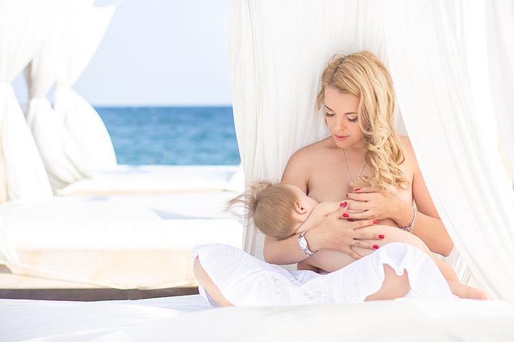 Kojící maminka s miminkem | Foto: Shutterstock