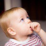 Jak odnaučit dítě cumlat si palec