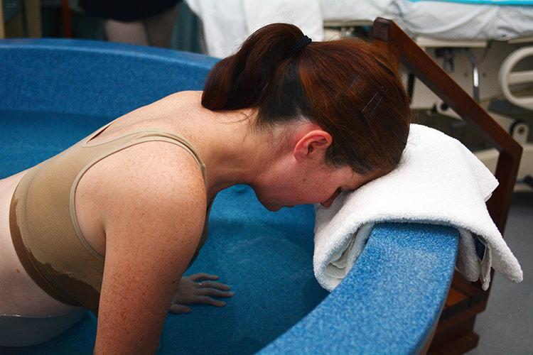 Porod do vody v bazénku | Foto: Shutterstock